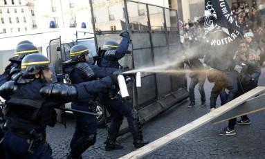 Policiais usam gás lacrimogêneo para dispersar manifestantes em Paris Foto: Kamil Zihnioglu / AP