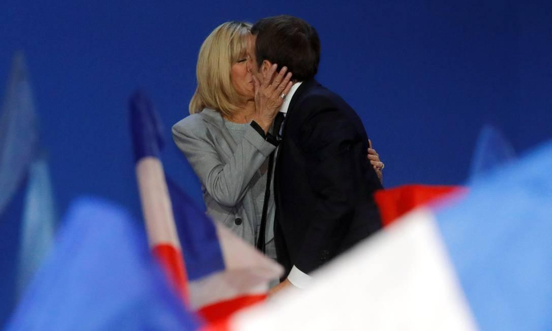 Macron beija a mulher, Brigitte, em comício Foto: PHILIPPE WOJAZER / REUTERS