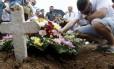 Enterro de adolescente é marcado por emoção no Cemitério de Inhaúma Foto: Domingos Peixoto / Agência O Globo