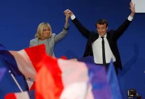 Emmanuel Macron e a mulher, Brigitte Trogneux, são saudados por apoiadores Foto: PHILIPPE WOJAZER / REUTERS