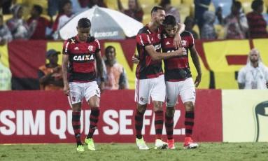 Réver abraça Guerrero, autor dois gols do Flamengo na vitória sobre o Botafogo Foto: Guito Moreto / Agência O Globo