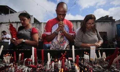 Fiéis fazem orações no dia de São Jorge Foto: Thiago Freitas / Agência O Globo