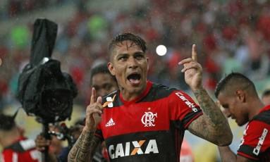 Guerrero comemora o primeiro gol do Flamengo sobre o Botafogo Foto: Márcio Alves / Agência O Globo