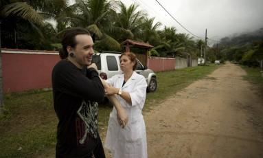 Moradores de Maricá são vacinados contra a febre amarela Foto: Márcia Foletto / Agência O Globo