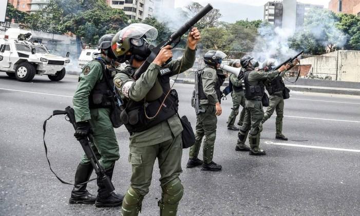 Agentes da Guarda Nacional venezuelana atiram gás lacrimogêneo contra manifestantes durante protesto, em Caracas Foto: JUAN BARRETO / AFP