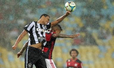 Flamengo e Botafogo jogaram sob chuva no Maracanã Foto: Márcio Alves / Agência O Globo