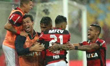 Jogadores do Flamengo comemoram gol de Guerrero sobre o Botafogo Foto: Márcio Alves / Agência O Globo