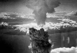 Nuvem de fumaça formada sobre a cidade japonesa de Nagasaki após ataque com bomba atômica em 9 de agosto de 1945 Foto: Charles Levy / US Federal Government/Wikimedia Commons