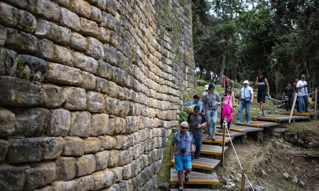 Grupo de visitantes explora as ruínas de Kuelap, no norte da Amazônia. A cidadela foi erguida no séculos XI no norte do Peru Foto: ERNESTO BENAVIDES / AFP