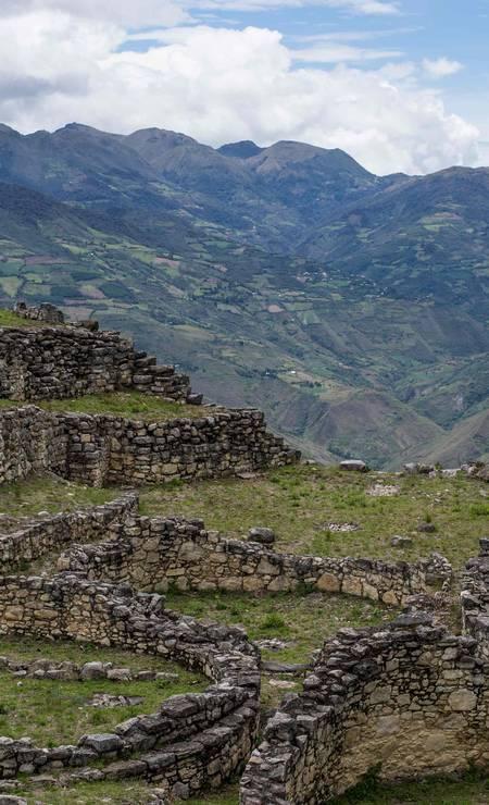 Vista de Kuélap, cidadela fortificada erguida pelos nativos chachapoya, no século XI, a três mil metros de altitude no norte do Peru Foto: ERNESTO BENAVIDES / AFP