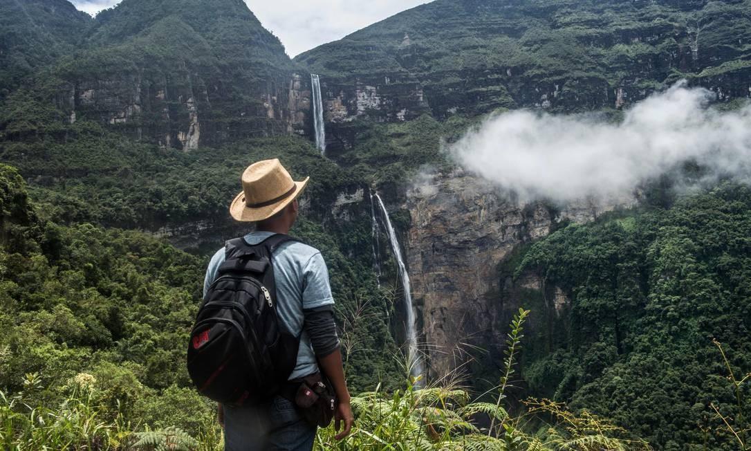 Turista observa ao longe a cachoeira Gocta. É uma das mais longas do mundo, na província de Chachapoyas, região amazônica no norte do Peru Foto: ERNESTO BENAVIDES / AFP
