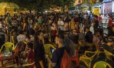 Point universitário. Estudantes lotam a Cantareira, em frente à UFF, em Niterói: depois das aulas, bebida barata é um dos atrativos para os jovens no local, cercado de bares Foto: Guito Moreto / Agência O Globo