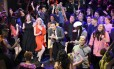 """Abertura do """"Saturday Night Live"""", com Jimmy Fallon. center, performs during the live opening number on """"Saturday Night Live,"""" in New York. Programa com imitação de Donald Trump por Alec Baldwin foi visto por 7,87 milhões de pessoas, 21% a mais que programa da semana anterior. Foto: Will Heath / NBC via AP"""