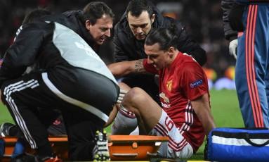 Ibrahimovic deixa o campo de maca após se machucar na vitória do Manchester United sobre o Anderlecht Foto: OLI SCARFF / AFP