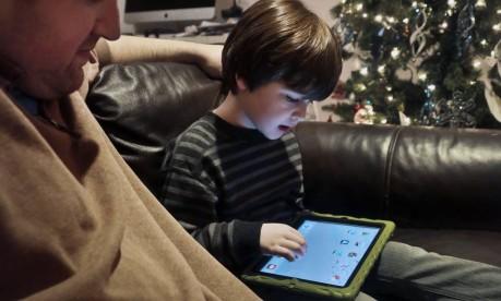 Os pais devem controlar o acesso dos filhos à internet? Especialistas respondem essa e outras perguntas, às 17h, pela página do GLOBO no Facebook Foto: Bebeto Matthews / AP