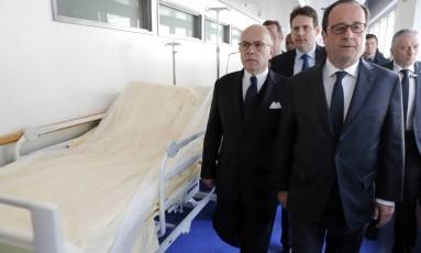 O presidente da França, Francois Hollande, à direita, visitou um policial ferido no hospital após o ataque na Champs-Elysées Foto: Philippe Wojazer / AP