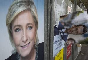 Pôsteres de campanha da eleição presidencial francesa mostram os rostos da candidata da extrema-direita, Marine Le Pen, e o candidato do movimento Em Marcha!, Emmanuel Macron Foto: JOEL SAGET / AFP