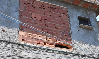 Janela virou parede de tijolos após chegada dos PMs Foto: Fabiano Rocha em 27/02/2017 / Agência O Globo