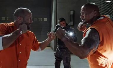 Jason Statham e Dwayne Johnson em 'Velozes e furiosos 8' Foto: Divulgação