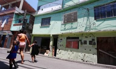 Marcas de tiros em parede de casa na Nova Brasília, no Complexo do Alemão Foto: Fabiano Rocha em 23/02/2017 / Agência O Globo