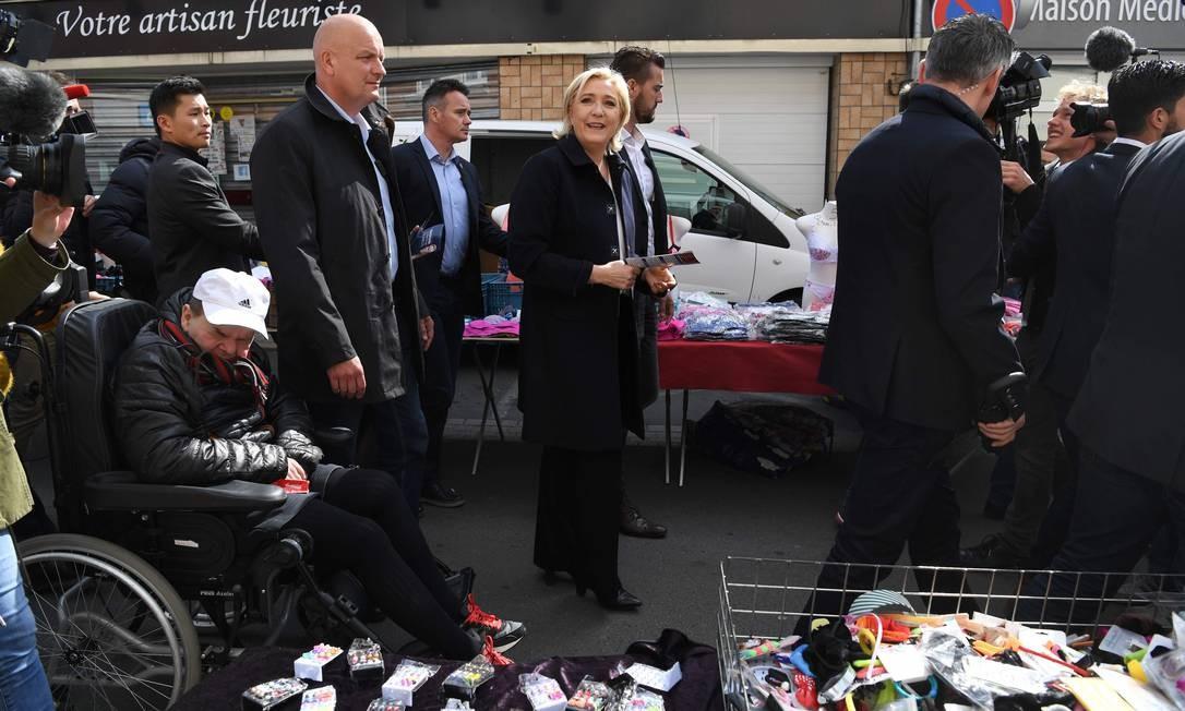 A líder da Frente Nacional (FN), Marine Le Pen, em Rouvroy, no Norte da França. Seguindo os passos do Reino Unido, a presidente da Frente Nacional (FN) quer negociar em Bruxelas a saída do euro e do espaço Schengen Foto: ALAIN JOCARD / AFP