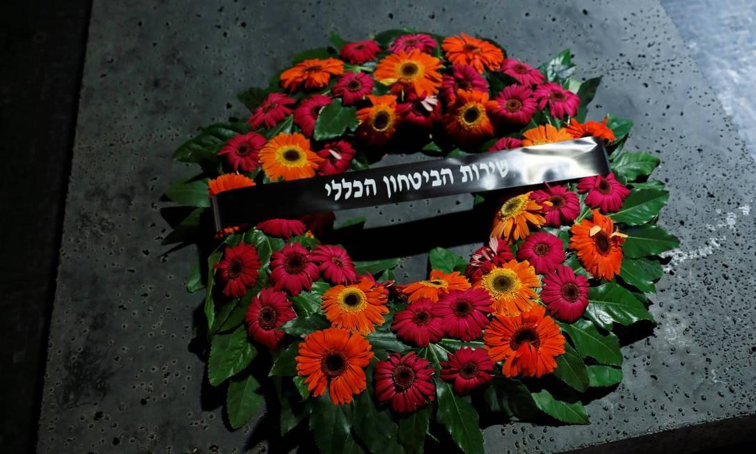 Uma coroa de flores do Serviço de Segurança Geral de Israel é colocada em uma pedra memorial dentro do Salão da Memória no Memorial do Holocausto de Yad Vashem, em Jerusalém Foto: AMIR COHEN / REUTERS