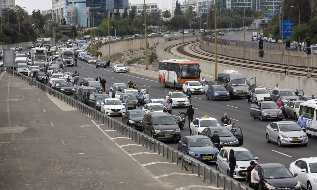 Israelenses param próximos a seus carros enquanto as sirenes soam em memória às vítimas do Holocausto, nesta segunda-feira. Israel parou por dois minutos lembrando os judeus mortos pelo nazismo Foto: Sebastian Scheiner / AP