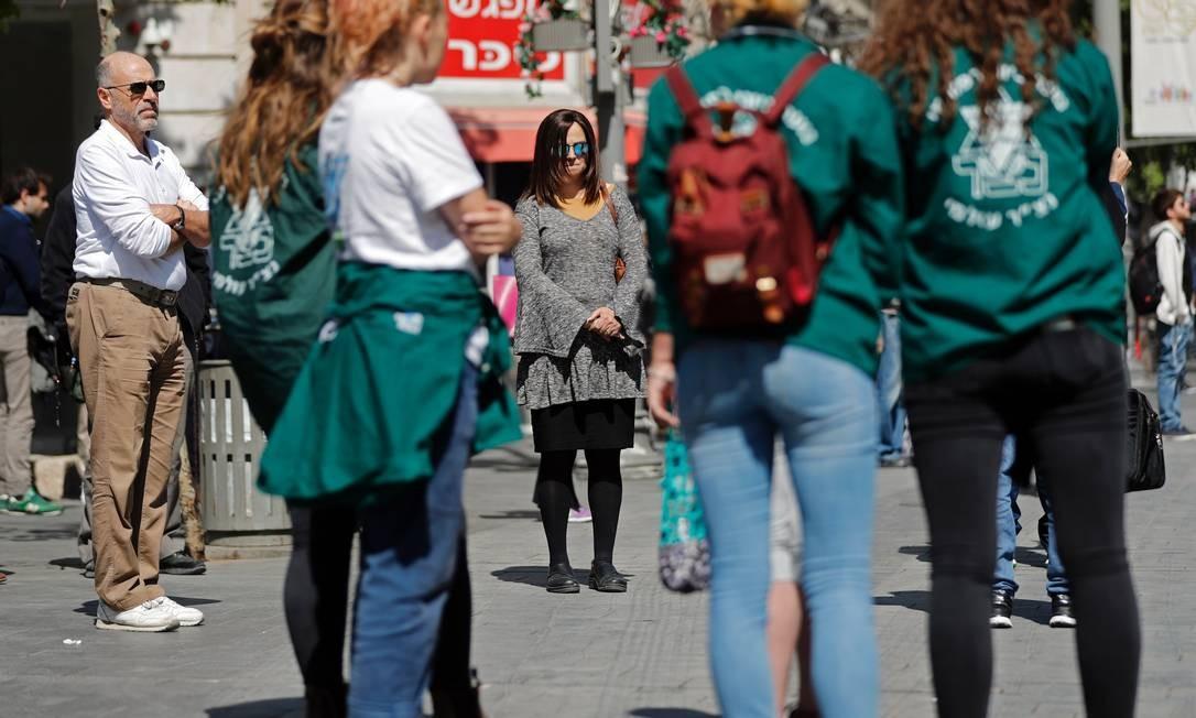 Pessoas parem e fazem dois minutos de silêncio em uma rua no Centro de Jerusalém, nesta segunda-feira. Sirenes soaram por todo o país em memória às vítimas do Holocausto Foto: THOMAS COEX / AFP