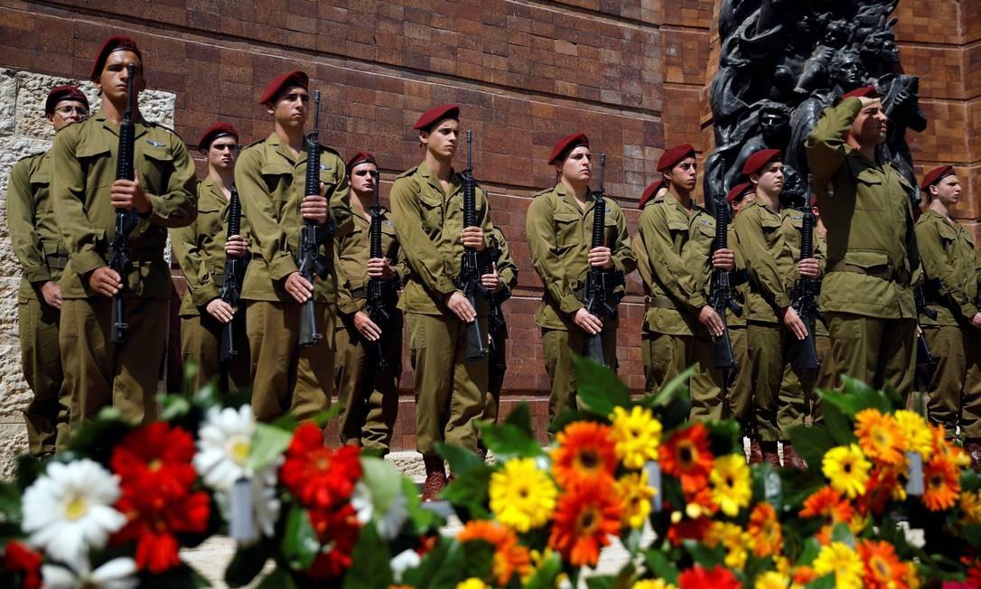 Soldados israelenses permanecem parados durante dois minutos, em cerimônia marcando o Dia Internacional da Lembrança do Holocausto, em Jerusalém Foto: AMIR COHEN / REUTERS