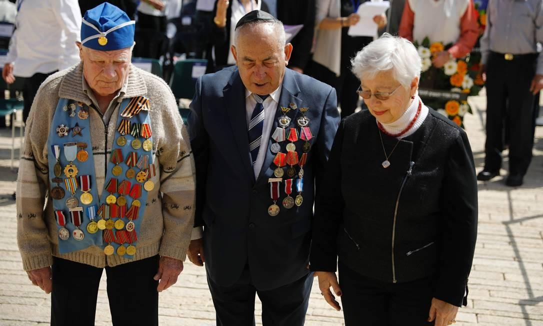 Ex-combatentes da Segunda Guerra Mundial relembram os mortos vítimas do regime nazista enquanto fazem dois minutos de silêncio, no Memorial do Holocausto, em Jerusalém Foto: AMIR COHEN / AFP
