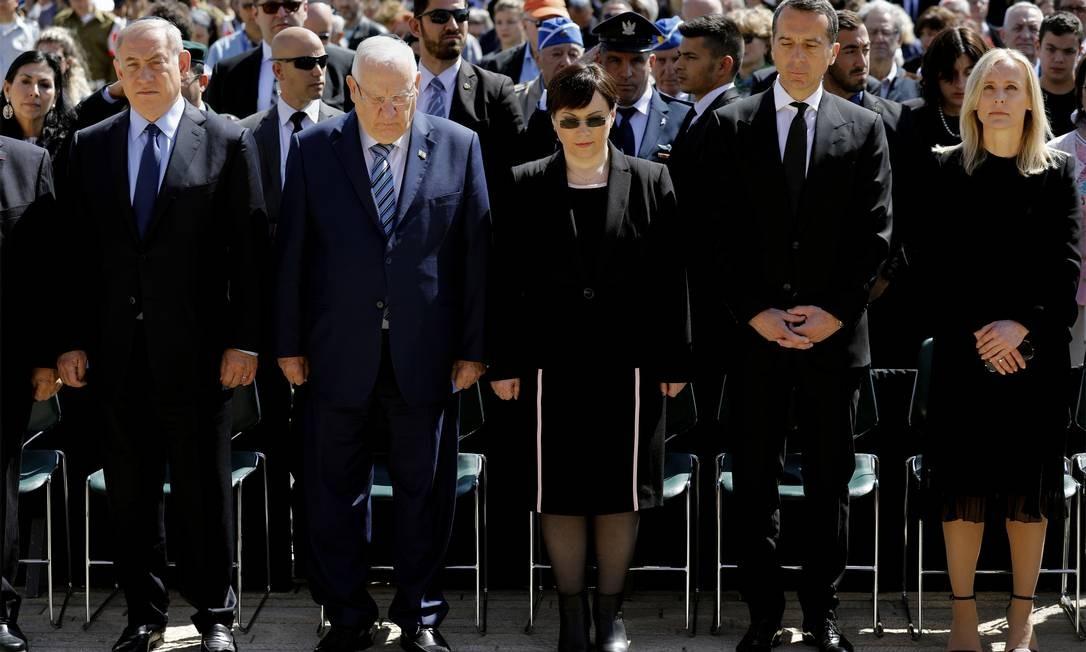 O primeiro-ministro israelense, Benjamin Netanyahu (à esq.), o presidente israelense, Reuven Rivlin (segundo à esq.), o cancheler austríaco,Christian Ker (segundo à dir.), e sua mulher, Eveline Steinberger-Kern (à dir.), participam de cerimônia que marca o Dia Internacional da Lembrança do Holocausto, em Jerusalém, nesta segunda-feira Foto: AMIR COHEN / AP