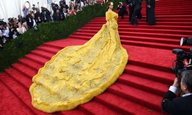 No dia 1º de maio, Nova York vai parar com o baile mais esperado do ano, o Met Gala, que reúne os maiores nomes da moda e do show businnes. Os vestidos, claro, são sempre um show à parte e, por isso, reunimos aqui os looks que mais deram o que falar nos últimos anos, como esse da Rihanna, de 2015, feito pela chinesa Guo Pei Foto: TIMOTHY A. CLARY / AFP