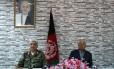 O ministro de Defesa afegão, Abdullah Habibi, e o comandante do Exército, Qadam Shah Shaheem, participam de uma coletiva de imprensa, em Cabul Foto: WAKIL KOHSAR / AFP