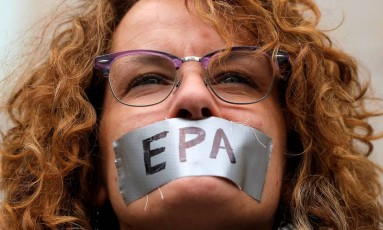"""Mary Devine, moradora de Long Island, participou do protesto """"Marcha pela Ciência"""", em Nova York Foto: ANDREW KELLY / REUTERS"""