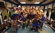 Jogadores do Barcelona, incluindo Neymar — no celular de Messi — comemoram a vitória sobre o Real Madrid Foto: Miguel Ruiz/Divulgação Barcelona