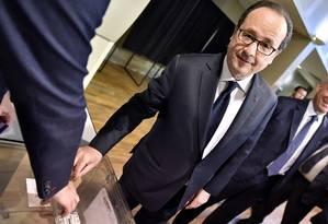 O presidente francês, François Hollande, vota no primeiro turno das eleições presidenciais em Tulle, no Centro da França, neste domingo Foto: Georges Gobet / AP
