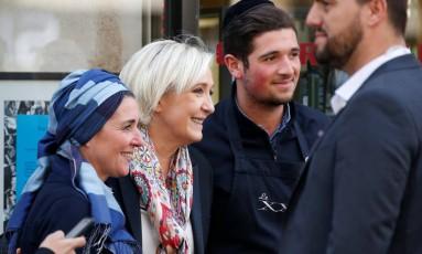 Marine Le Pen (centro) posa para foto em Paris no primeiro dia de campanha para o segundo turno das eleições Foto: CHARLES PLATIAU / REUTERS