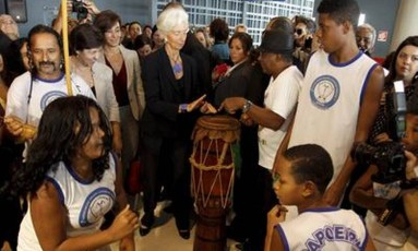 Christine Lagarde em visita ao teleférico Foto: Agência O Globo