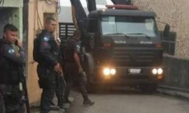 Policiais do Bope realizam operações para a instalação de uma cabine blindada Foto: Voz das Comunidades