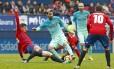 Messi encara a marcação na partida do Barcelona contra o Osasuna, no primeiro turno do Espanhol Foto: Reprodução/Twitter Barcelona