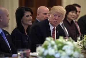 Presidente Donald Trump, sentado ao lado da embaixadora na ONU Nikki Haley, fala durante um almoço com embaixadores de países do Conselho de Segurança das Nações Unidas Foto: Susan Walsh / AP