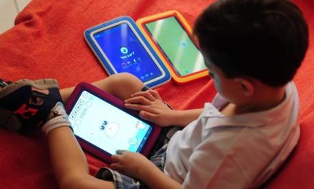 Os pais devem controlar o acesso dos filhos à internet? Especialistas respondem essa e outras perguntas, às 17h, pela página do GLOBO no Facebook Foto: Marcio Oliveira