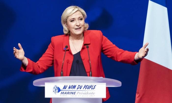 Em abril, candidata da extrema-direita, Marine Le Pen, fala durante evento de campanha em Paris Foto: Kamil Zihnioglu / AP