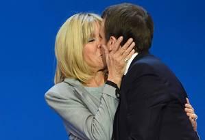 Emmanuel Macron beija sua mulher Brigitte Trogneux após o resultado do primeiro turno, em Paris Foto: ERIC FEFERBERG / AFP