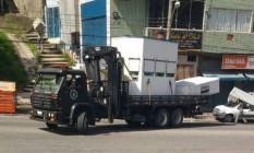 A cabine é transportada em caminhão do Bope Foto: Voz das Comunidades