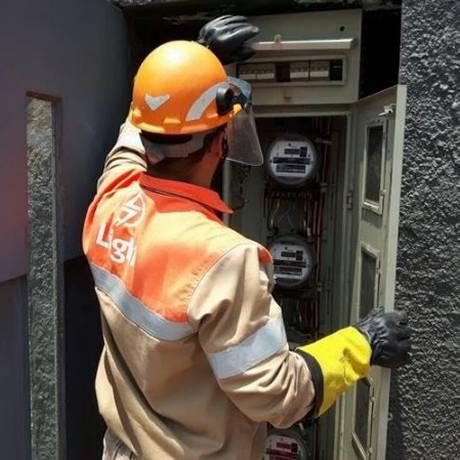 Técnico inspeciona relógio medidor de energia Foto: Arquivo