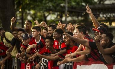 Torcedores do Flamengo acompanham a chegada do elenco ao Santos Dumont Foto: Guito Moreto
