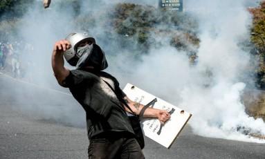 Ativistas da oposição e forças de segurança entram em confronto durante novo dia de protestos contra Maduro em Caracas Foto: FEDERICO PARRA / AFP