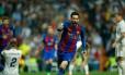 Messi comemora seu segundo gol na vitória do Barcelona sobre o Real Foto: OSCAR DEL POZO / AFP
