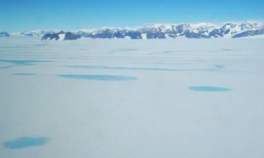 Imagem mostra poças de água criadas pelo derretimento do gelo na superfície da plataforma Larsen C, no Oeste da Antártica Foto: Jenny Turton/British Antarctic Survey